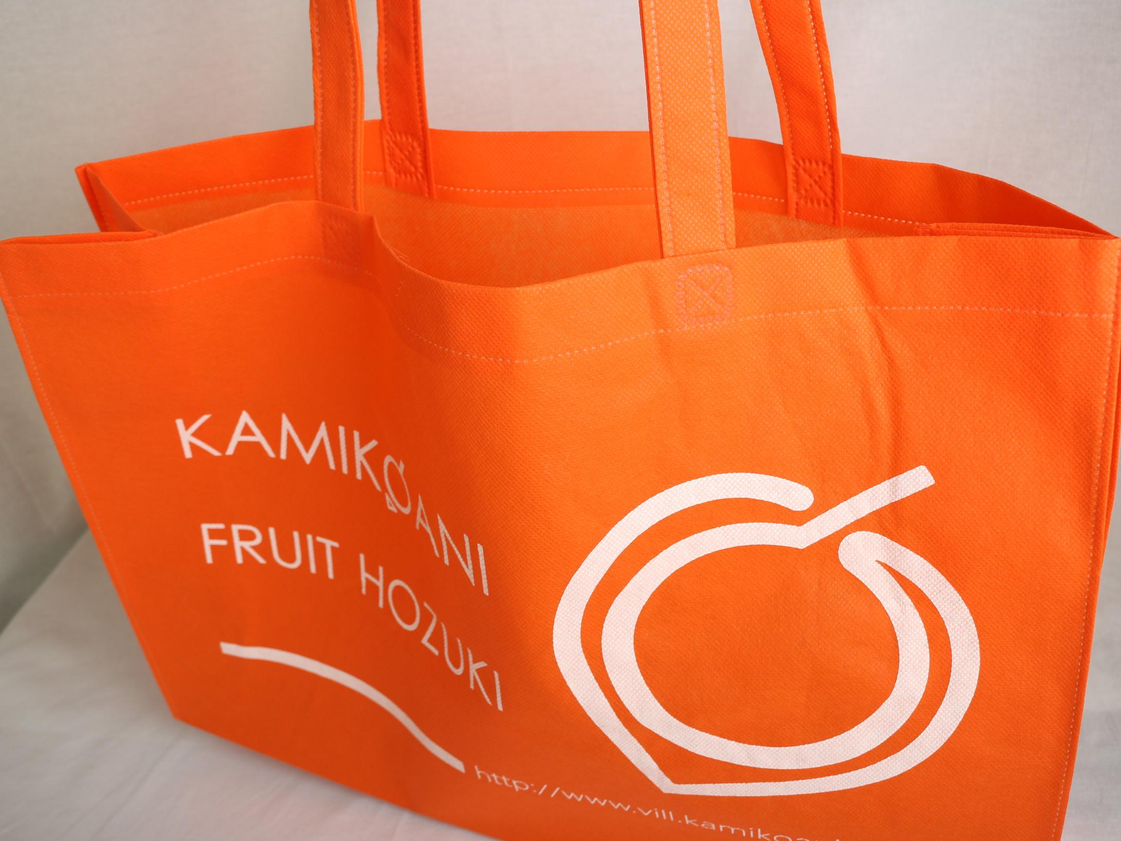 秋田県の村役場のフルーツを入れるオリジナル不織布バッグ