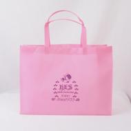 ロゴが映えるピンクのオリジナル不織布バッグ