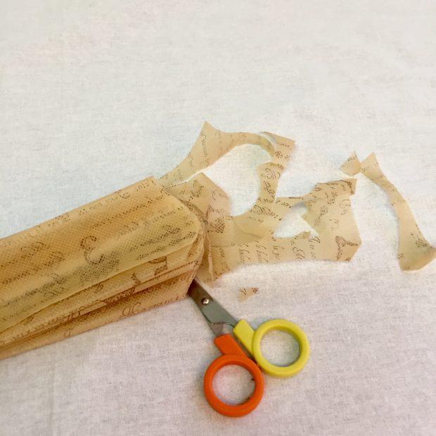 ジャバラ折した不織布をカット