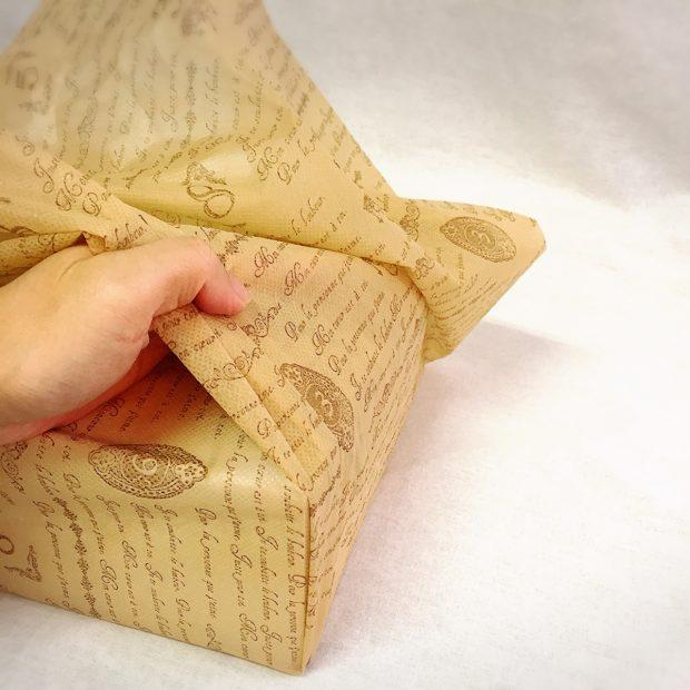 不織布シートを箱の方へ折りたたむ